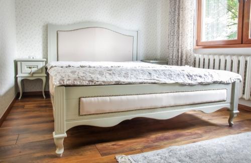 Klasikiniai miegamojo baldai, klasikinė lova, mediniai miegamojo baldai