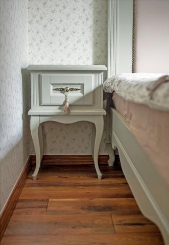 Klasikinio stiliaus mediniai miegamojo baldai, spintelė prie lovos