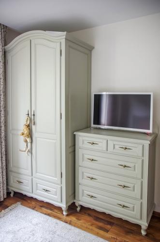 Klasikinio stiliaus mediniai miegamojo baldai, klasikinė medinė spinta, klasikinė medinė komoda