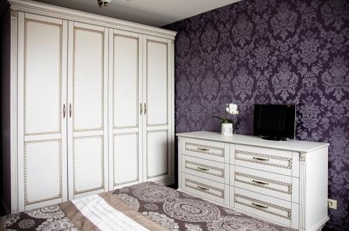 Klasikinio stiliaus mediniai miegamojo baldai, klasikinio stiliaus spint