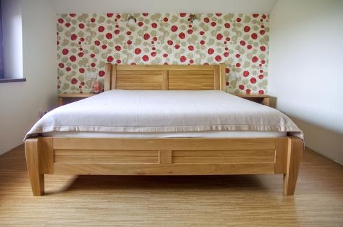 Mediniai miegamojo baldai, medžio masyvo lova