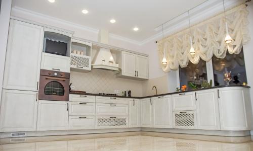 Klasikiniai virtuvės baldai, klasikinio stiliaus virtuvės baldai, balta virtuvė
