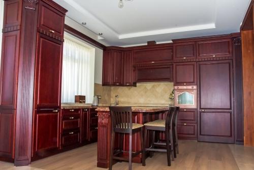 Klasikiniai virtuvės baldai, klasikinio stiliaus virtuvės baldai, medžio masyvo baldai, mediniai baldai