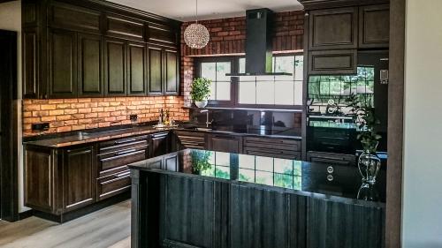 Klasikiniai virtuvės baldai, juodi virtuvės baldai