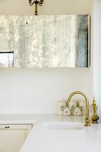 Klasikinio stiliaus virtuvės baldai, balta virtuvė, sendintas veidrodis, sendinto veidrodžio durelės