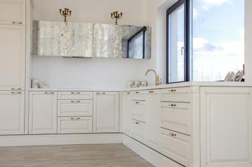 Klasikiniai virtuvės baldai, balta virtuvė, balti vituvės baldai